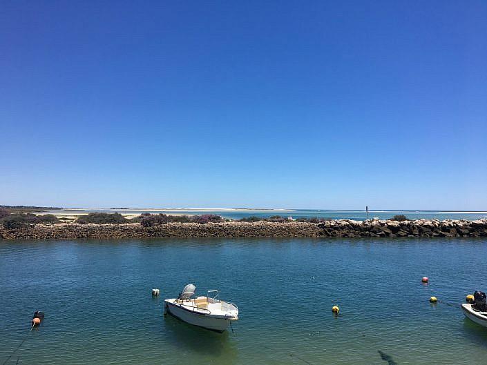 Bootje bij haven van Fuseta