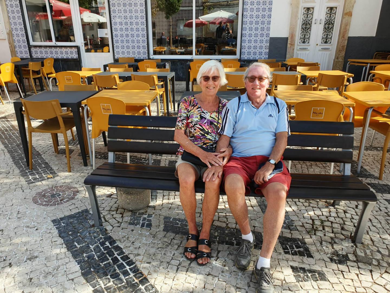 Theo en Rina in Fuseta dorpspleintje